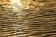 Ondas de la agua ligera de la puesta del sol fotos de archivo libres de regalías