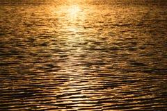 Ondas de la agua ligera de la puesta del sol Foto de archivo