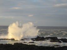 Ondas de la alta marea imagenes de archivo