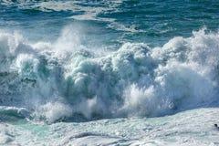 Ondas de la costa costa, playa de Fistral, Cornualles imagenes de archivo