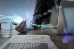 Ondas de la luz y del hombre de negocios azules que usa en el ordenador portátil Fotos de archivo libres de regalías