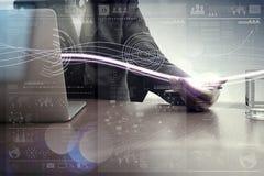 Ondas de la luz y del hombre de negocios azules que usa en el ordenador portátil Foto de archivo libre de regalías
