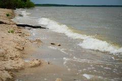 Ondas de la orilla del lago Foto de archivo libre de regalías