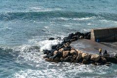Ondas de la playa de las nubes de tormenta del mar en la bah?a de Sorrento de la meta en Italia, finales de la estaci?n, tiempo f imagenes de archivo