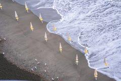 Ondas de la playa de las nubes de tormenta del mar en la bah?a de Sorrento de la meta en Italia, finales de la estaci?n, tiempo f fotografía de archivo libre de regalías