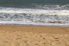 Ondas de la playa y cielo azul y arena imagen de archivo