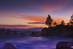 Ondas de la puesta del sol de Lake Tahoe foto de archivo libre de regalías
