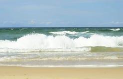 Ondas de la resaca del océano y playa arenosa blanca Fotos de archivo