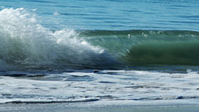 Ondas de la resaca y arena de la playa fotografía de archivo