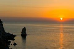 Ondas de la roca y del mar, puesta del sol Foto de archivo
