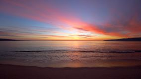 Ondas de la salida del sol y de la ondulación del mar, mañana hermosa en la playa almacen de metraje de vídeo