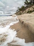 Ondas de marea en la playa Fotografía de archivo