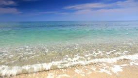 Ondas de océano en la playa metrajes