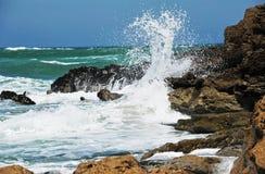 Ondas de océano, piedras conmovedoras Imagenes de archivo
