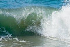 Ondas de océano y resaca imagen de archivo