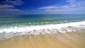 Ondas de océano en la playa almacen de metraje de vídeo