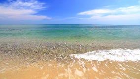 Ondas de océano en la playa almacen de video