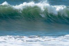 Ondas de océano y resaca Fotos de archivo