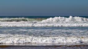 Ondas de Oceano Atlântico que quebram na praia da areia em Agadir, Marrocos, África imagens de stock