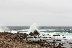 Ondas de oceano causando um crash Imagens de Stock Royalty Free