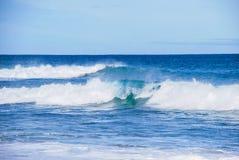 Ondas de oceano claras, cor azul natural do oceano, água espumosa Imagens de Stock