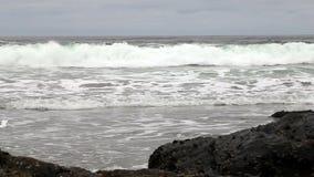 Ondas de oceano com nuvens nublado e Rocky Shore filme