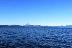 Ondas de oceano com um vulcão no horizonte Imagem de Stock