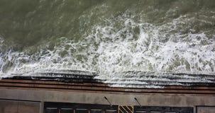 Ondas de oceano da vista aérea que deixam de funcionar para baixo, 4K filme