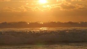 Ondas de oceano douradas bonitas no por do sol Nascer do sol alaranjado refletido na água do mar A maré forte com ondas espirra n video estoque