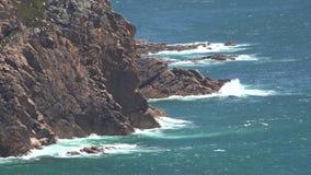 Ondas de oceano e rochas litorais filme