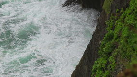 Ondas de oceano e um penhasco alto filme