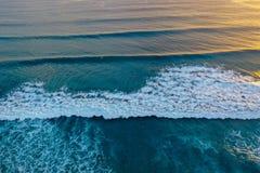 Ondas de oceano fora da avenida atlântica imagem de stock