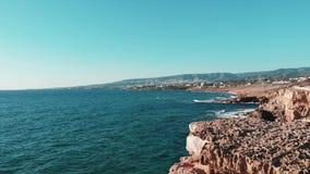 Ondas de oceano Ondas grandes que batem na praia rochosa Ondas do mar do mar Mediterrâneo Ilha de Chipre Tiro aéreo das ondas que video estoque