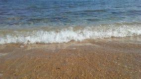 Ondas de oceano na areia em Kapaa na ilha de Kauai, Havaí Fotografia de Stock Royalty Free