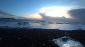 Ondas de oceano na praia do diamante em Islândia em 4k filme