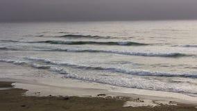 Ondas de oceano no céu nublado da praia de Califórnia do norte filme
