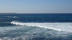 Ondas de oceano no litoral rochoso imagens de stock