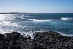 Ondas de oceano no litoral rochoso preto imagens de stock royalty free