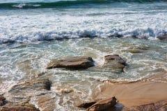 Ondas de Oceano Pacífico em rochas da praia de Cronulla e em areia, Sydney, Austrália fotografia de stock royalty free