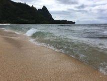 Ondas de Oceano Pacífico na praia dos túneis na costa norte na ilha de Kauai, Havaí Foto de Stock