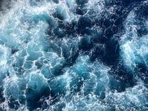 Ondas de oceano pequenas com tampões brancos fotos de stock royalty free