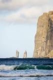 Ondas de oceano poderosas Risin e Kellingin no fundo Tjornuvik, Faroe Island, Dinamarca, Europa Imagens de Stock Royalty Free