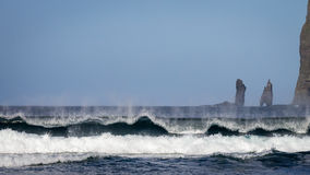 Ondas de oceano poderosas Risin e Kellingin no fundo Tjornuvik, Faroe Island, Dinamarca, Europa Foto de Stock