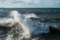 Ondas de oceano que batem rochas imagens de stock
