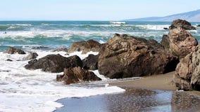 Ondas de oceano que batem rochas em Sandy Beach vídeos de arquivo