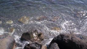 Ondas de oceano que causam um crash em rochas filme