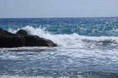 Ondas de oceano que causam um crash na linha costeira Fotografia de Stock Royalty Free