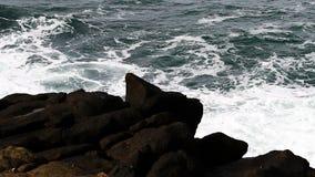 Ondas de oceano que entram Lava Rock Shore vídeos de arquivo