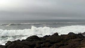 Ondas de oceano que entram Lava Shore Depoe Bay Oregon preto video estoque