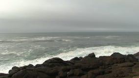 Ondas de oceano que entram Lava Shore Depoe Bay Oregon preto filme